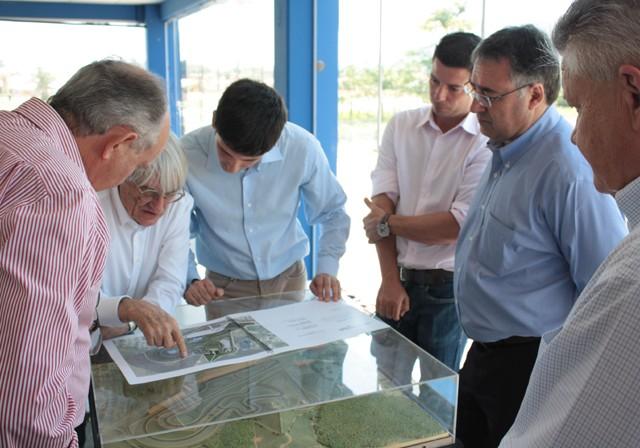 Bernie Ecclestone confere a maquete do Autódromo de SC