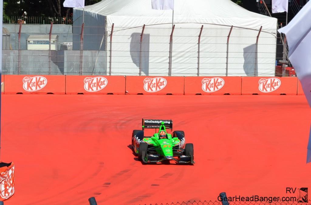 Hinchcliffe passando pelos pneus da curva 1